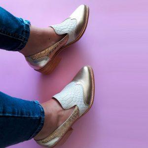 zapato de cuero blanco con dorado