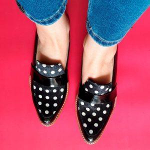 zapato de cuero negro lunares